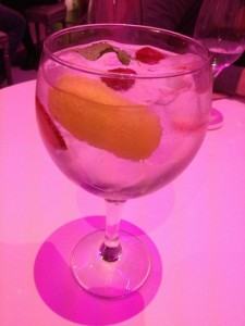 Girld in Red. Gin Tonic. Blog Esteban Capdevila