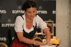 Samantha Vallejo Nagéra elaboración de los quesos en la presentación de Quesos Boffard. Blog Esteban Capdevila