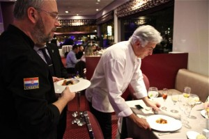 Pedro y Neven sirven el plato del embajador. Blog Esteban Capdevila