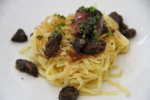 Linguini con Salsa de Colmenillas y Dados de Foie Gras Asado. Rte. Lágrimas negras. Blog Esteban Capdevila