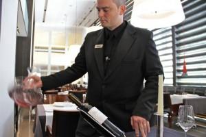 Agitado y oxigenación del vino en el interior del decantador. Vino Don Miguel Comenge 2009. Blog Esteban Capdevila