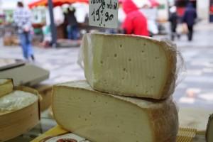 Castres, quesos en mercado. Blog Esteban Capdevila