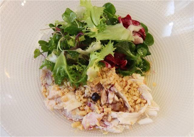 Ensalada de Pularda escabechada, frutos secos y queso. Restaurante Palio. Blog Esteban Capdevila