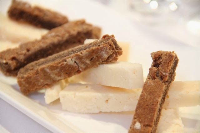 Queso de la familia Romero con pan de centeno en el Restaurante Palio. Blog Esteban Capdevila