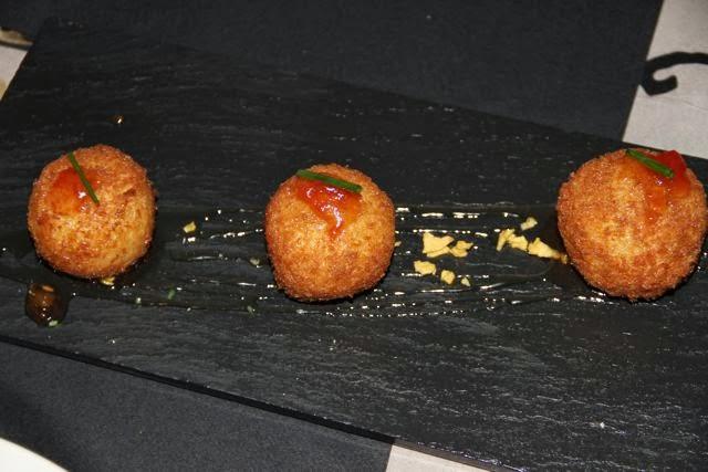 Croquetas de queso de cabra con miel caña de lomo y pistachos. Blog Esteban Capdevila