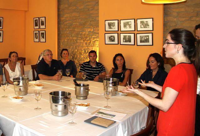 Marieta explica los vinos de Ronsel do Sil