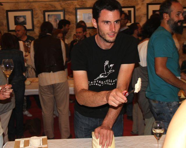 Rubén-Valbuena-con-sus-quesos-Blog-Esteban-Capdevila