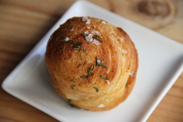 Aperitivo, pan de hojaldre con mantequilla de tomillo-DE-GRANVÍA-UNO