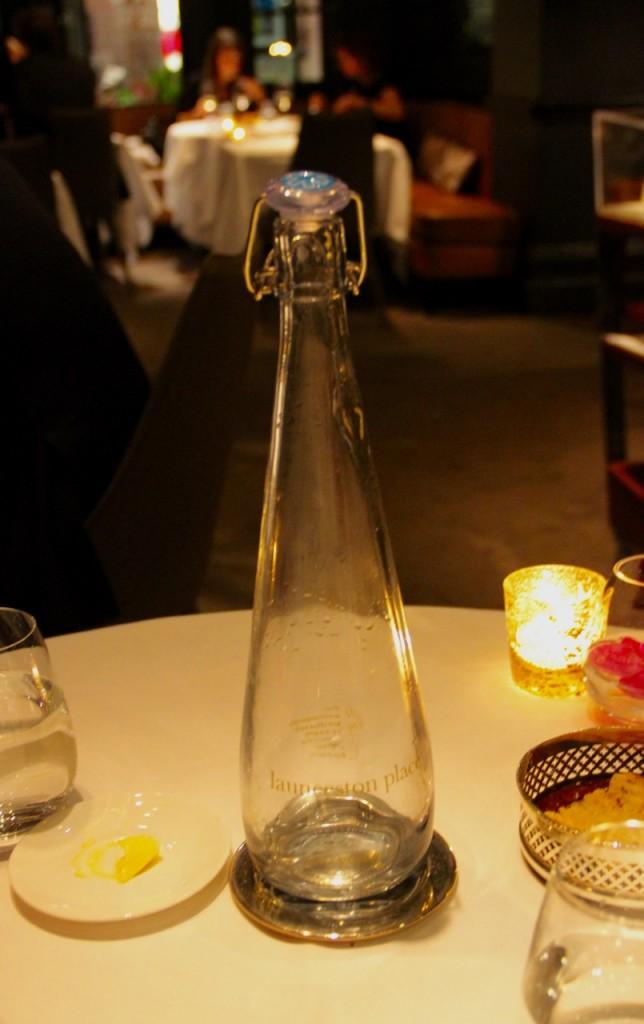 Botella de diseño en el Restaurante Launceston Place (Londres) con una estrella Michelin